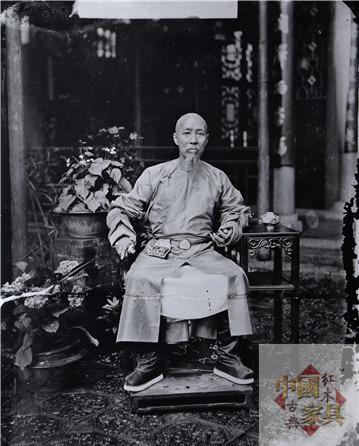 6两广总督瑞麟坐在广式家具上的旧照,照片中的陈设表现出典型的广东风格