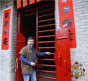 作者于广东中山安堂考察广东民居文化