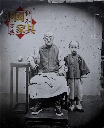 7拍摄于十九世纪末的一张老照片,广式家具和尊卑有序的老幼面带紧张地看着镜头