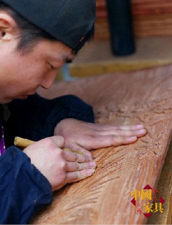 3工作之余,雕刻师傅们非常注重自我提高雕刻技艺