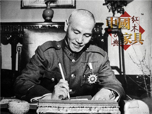 正在签发手谕的蒋介石_副本