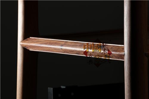 12、小案在位于腿间屉板边框上巧施剑背棱线脚装饰,两条圆滑光润的灯草线将一缕直直的剑背棱线挤出_副本_副本