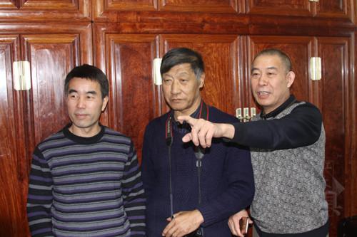 03胡德生、田燕波和谢勇一起讨论家具的制作