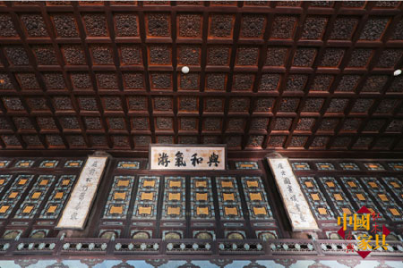 3殿宇顶部金丝楠木雕花竞相开放,为这恢宏雄伟的大殿增添无尽的富贵华丽