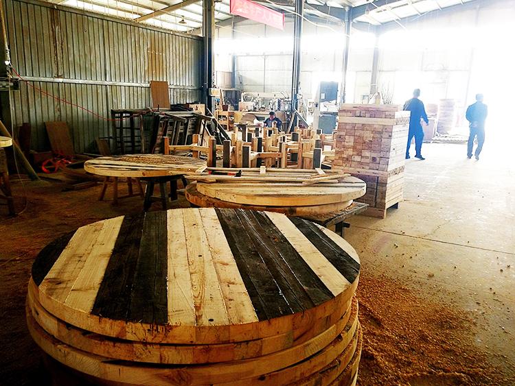 用老门板料改制家具的工厂